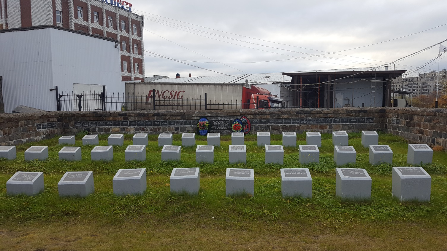 Die Fischfabrik Nord-West liegt direkt hinter dem Friedhof. - Foto: Lena Seglitz-Baierl