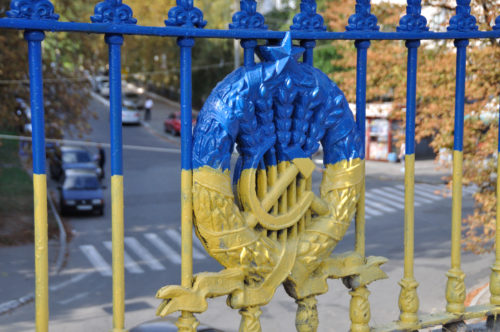 Ein neu gestrichener Zaun im Kyiver Stadtpark, 2016. Foto: Andrii Snizhko.