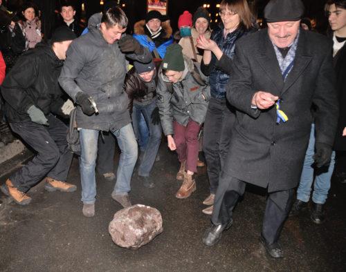 Kyiv2013. Die Demonstranten zerschlagen das Lenin-Denkmal für Souvenirs. Foto: Andrii Snizhko