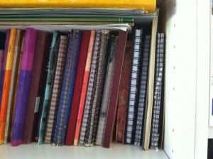Carnets rangés dans une bibliothèque