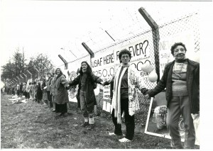 greenham-common-women-linking-hands