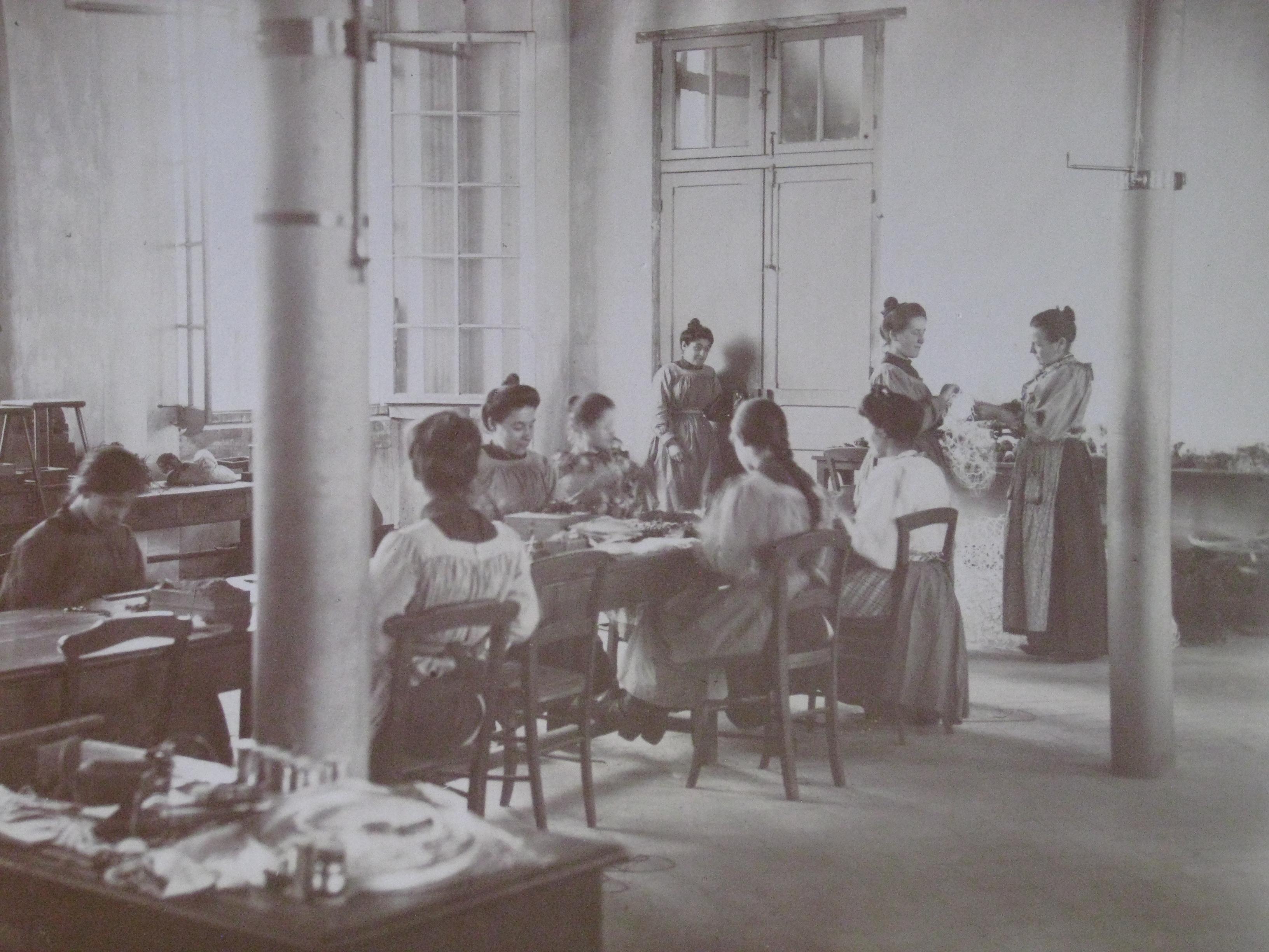 Femmes aveugles fabriquant des filets à l'Institut du Val Mandé. Date inconnue (années 1930?).
