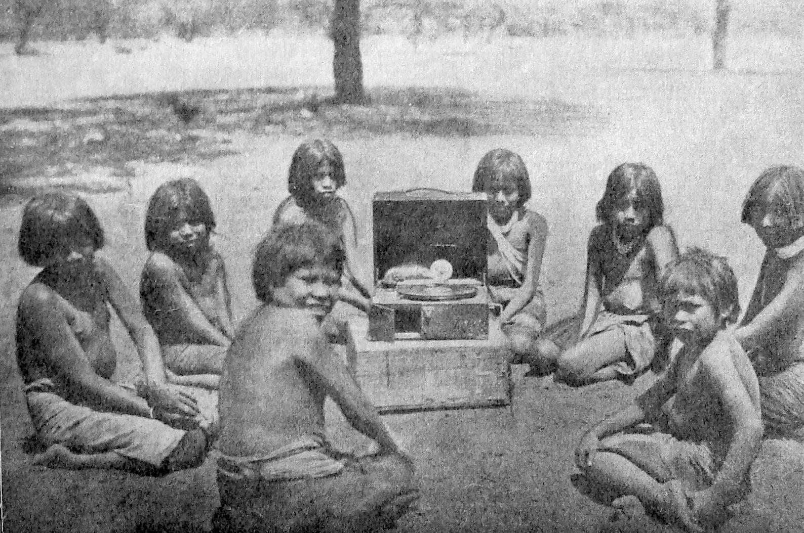 """""""enfants avec la boîte à musique"""" Esteros 1927."""