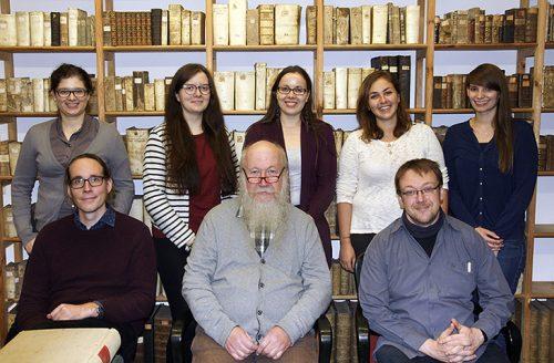 Gruppenfoto der Studierenden und Lehrenden mit Archivar Günter Preckel (sitzend, Mitte).