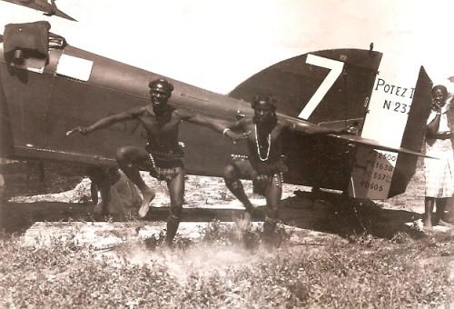 131_001-danseur-ethnie-antandroy-avion-Potez-visite-du-gvr-Cayla-1934.jpg