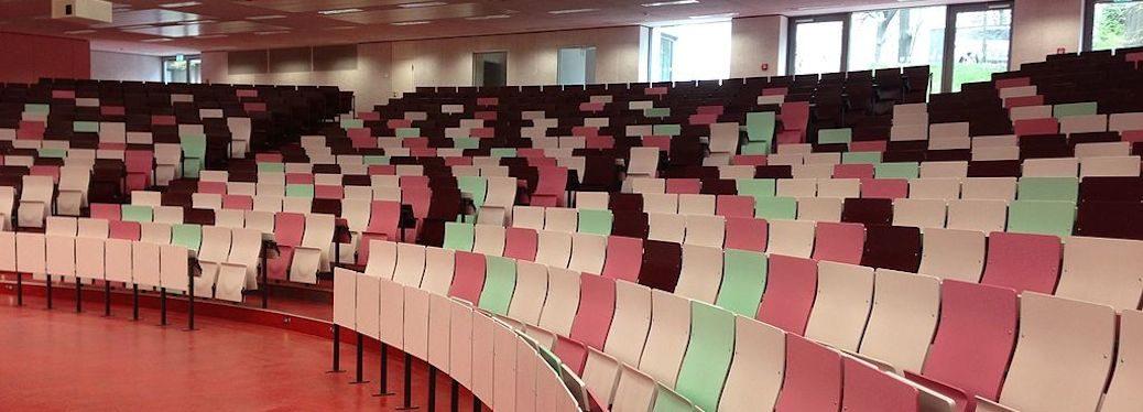 Hörsaal der Bergischen Universität Wuppertal (Ausschnitt), Foto: Der-wuppertaler (CC BY-SA 4.0)
