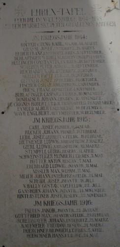 Gedenktafel neben dem Missionskreuz vor der St. Peter Kirche (links)