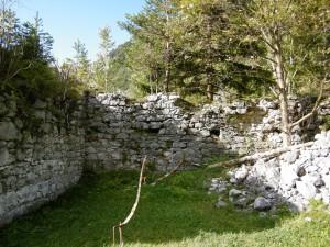 Brustwehr im Tal mit Balkenlöcher für den Wehrgang, rechts Trümmerhaufen (Kasemattenreste?)
