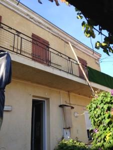 Jean-Claude nous a fait entrer dans la cour de sa maison (impasse Guyon, 13014) familiale, construite par son père dans les années 30, contre le mur d'une fabrique de bonbons.