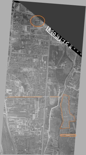 Photo aérienne 1923, sont signalés : la passerelle d'où nous observions l'ex-camp Oddo. sur cette vue aérienne on peut repérer : le camp Oddo et tout en haut le futur Kamp