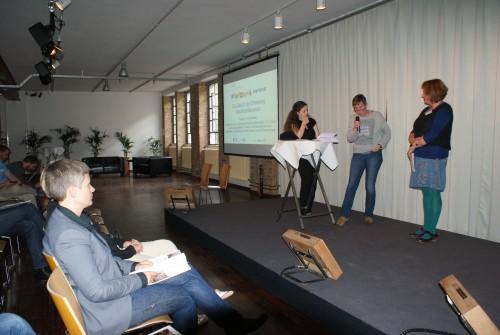 Dr. Barbara Christoph und Dr. Constanze Jaiser mit Shelly Kupferberg im Abschlussplenum