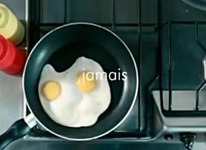 """slogan """"plus jamais seul"""" et deux œufs au plat dans la publicité MEETIC"""