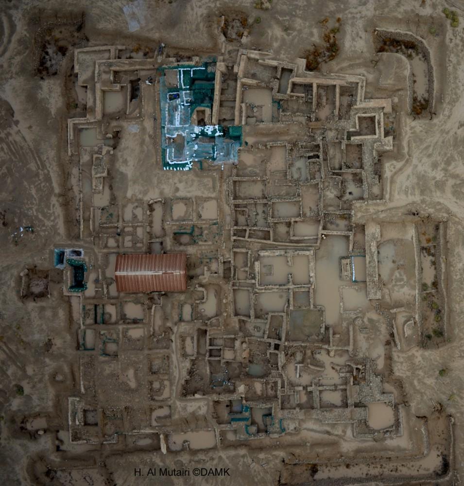 Fig. 1 : vue d'ensemble du site de la forteresse hellénistique après les pluies torrentielles de novembre 2013 (photo H. al Mutairi, DAM 2013)