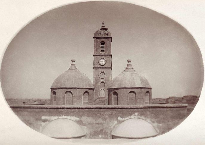 Fig. 5 : photographie du toit de l'église Notre-Dame de l'Heure de Mossoul (vers 1880). Album 12, p. 22, B. 4, cliché ADM 01405, contact collé sur carton (archives photographiques du couvent des dominicains de Mossoul)