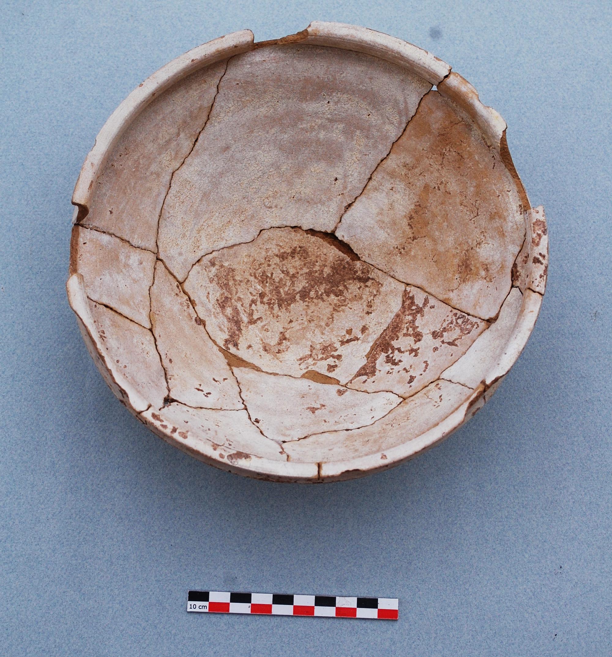 Fig. 5 : vue de l'assiette hellénistique glaçurée OBJ-FOR-09-7013-7014 après intervention (S. Alami-Viguié 2012)