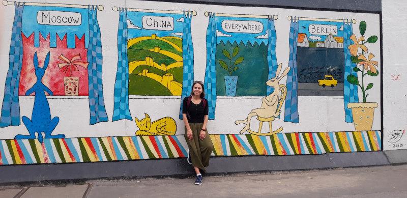 Nicoleta Dvornicov steht vor einem Plakat