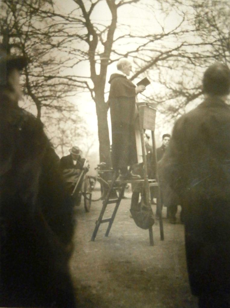 P. McNabb, op, prêchant à Hyde Park, s.d., v. 1925 ; Fonds Religieux de Notre-Dame de Sion, Paris