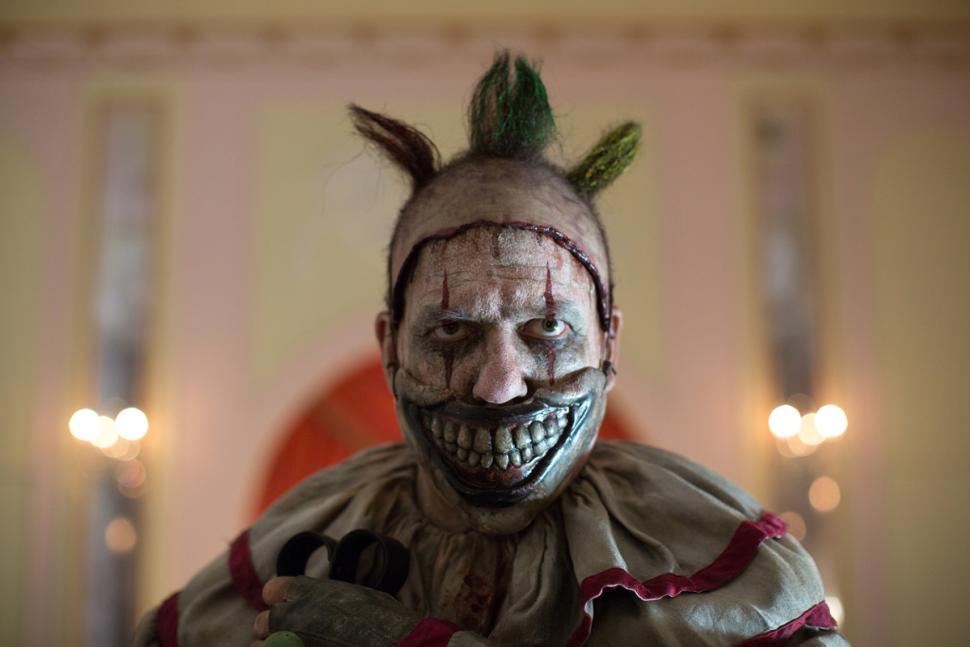 Les origines des clowns agressifs dans la culture populaire