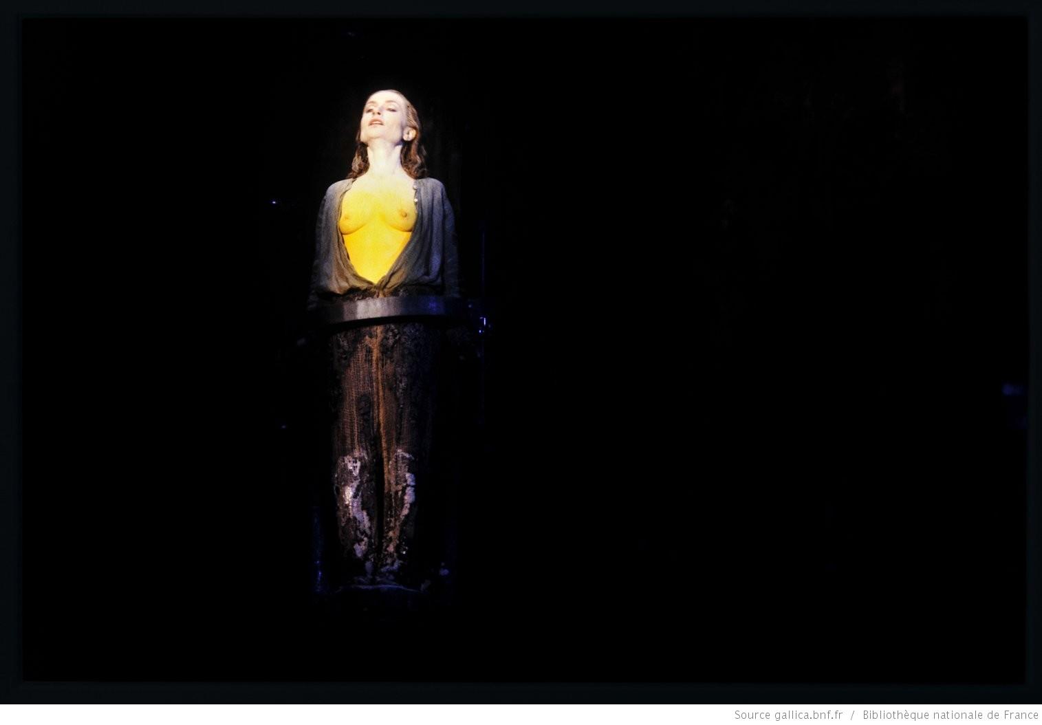 Jeanne d'Arc au bûcher, de Paul Claudel, mise en scène de Claude Régy, avec Isabelle Huppert, Opéra national de Paris-Bastille, photo Daniel Cande, 09-10-1992, Gallica-BnF