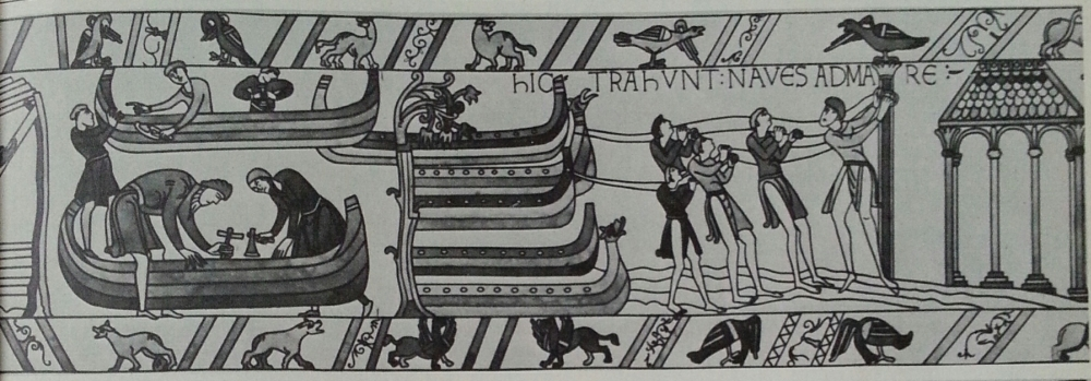"Scène 36 de la Tapisserie de Bayeux redessinée, George Perry & Alan Aldridge , The Penguin Book of Comics, 1967, p. 25 ""Hic trahunt(ur) naves ad mare"" [Ici, ils tirent des bateaux à la mer]"