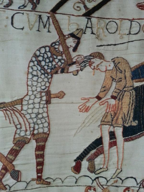 Scène 56 - Un Français tient un Anglais par les cheveux et s'apprête à le décapiter. Musées de la ville de Bayeux