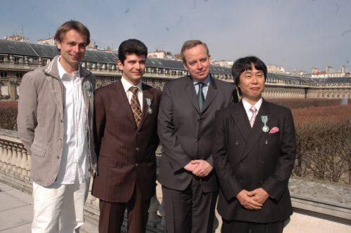 2006 : Remise des insignes de Chevalier dans l'ordre des arts et des lettres à Shigeru Miyamoto, Michel Ancel et Frederick Raynal par R. Donnedieu de Vabres, ministre de la Culture (Crédits : Farida Bréchemier/MCC)