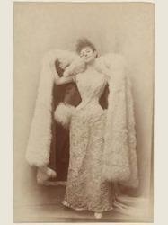 Photographie de Otto, la comtesse Greffulhe dans une robe de bal, vers 1887