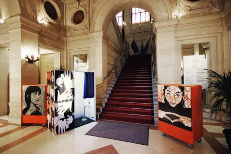 """Figure 5 : Exposition """"Miki Nitadori, Combat"""", mairie, Paris"""