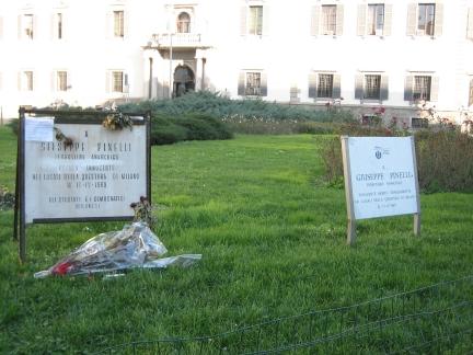 Figure 3: Les deux plaques sont désormais l'une à côté de l'autre devant la préfecture de Milan.