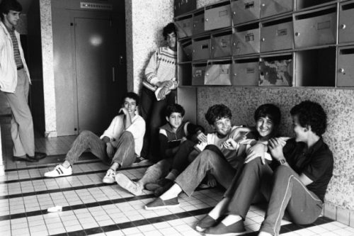Vénissieux après les émeutes, juillet 1981, hall d'immeubles dans la cité des Minguettes, exposition Bonnevay Mohammed Lounes