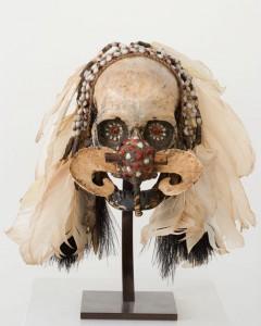 Crâne Asmat, Irian Jaya, Indonésie, XIXe - XXe siècle. Plumes, vannerie, coquillages, 27 cm x 20 x 25. Photo François Doury.