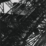 Germaine KRULL (1897-1979), Tour Eiffel, 1927, épreuve gélatino-argentique, 27x 18,2 cm, Paris, Centre Pompidou, MNAM-CCI