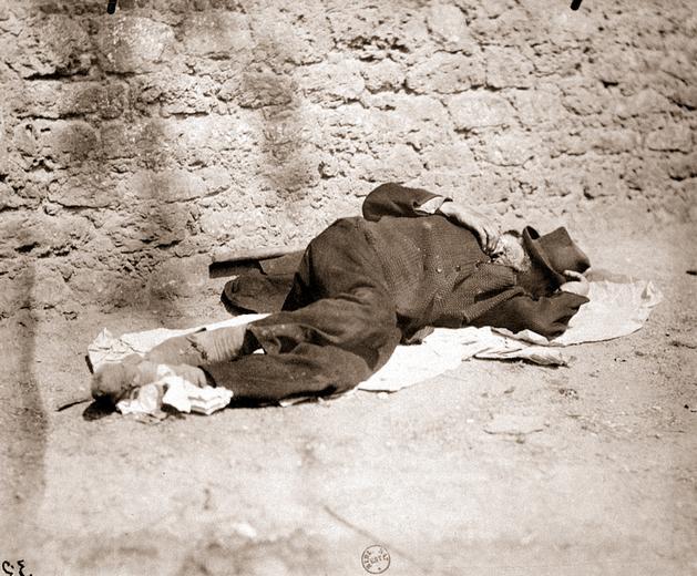 E. ATGET (1857-1927), Clochard, boulevard Port Royal (de la série Paris Pittoresque), 1899, Photographie positive sur papier albuminé, d'après négatif sur verre au gélatino-bromure, 17,4 x 21,6 cm, BnF