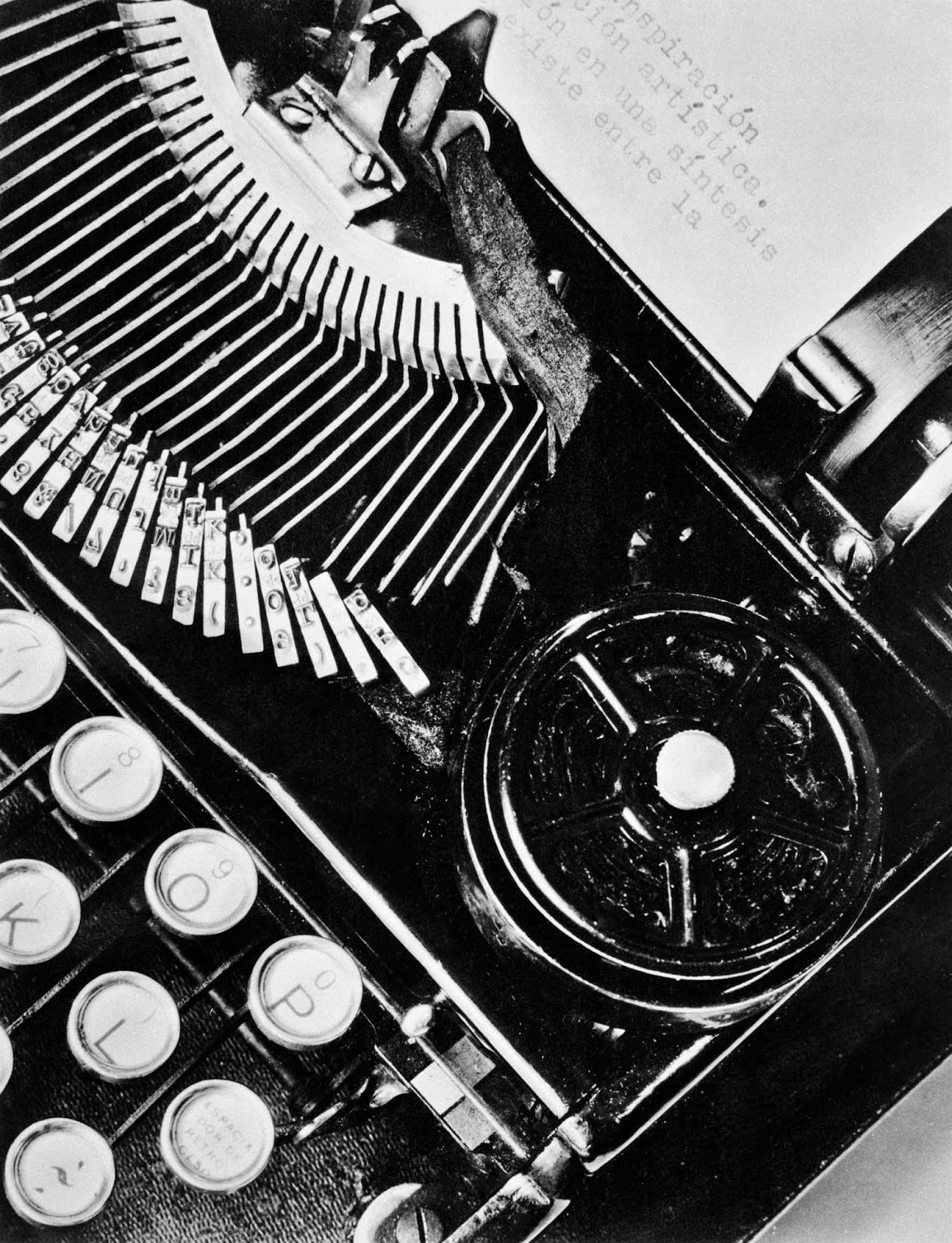 T. MODOTTI (1896-1942), La Tecnica, machine à écrire de Julio Antonio Mella, Mexique, 1928, épreuve gélatino-argentique, 23,5 x 19 cm, New York, Throckmorton Fine Art