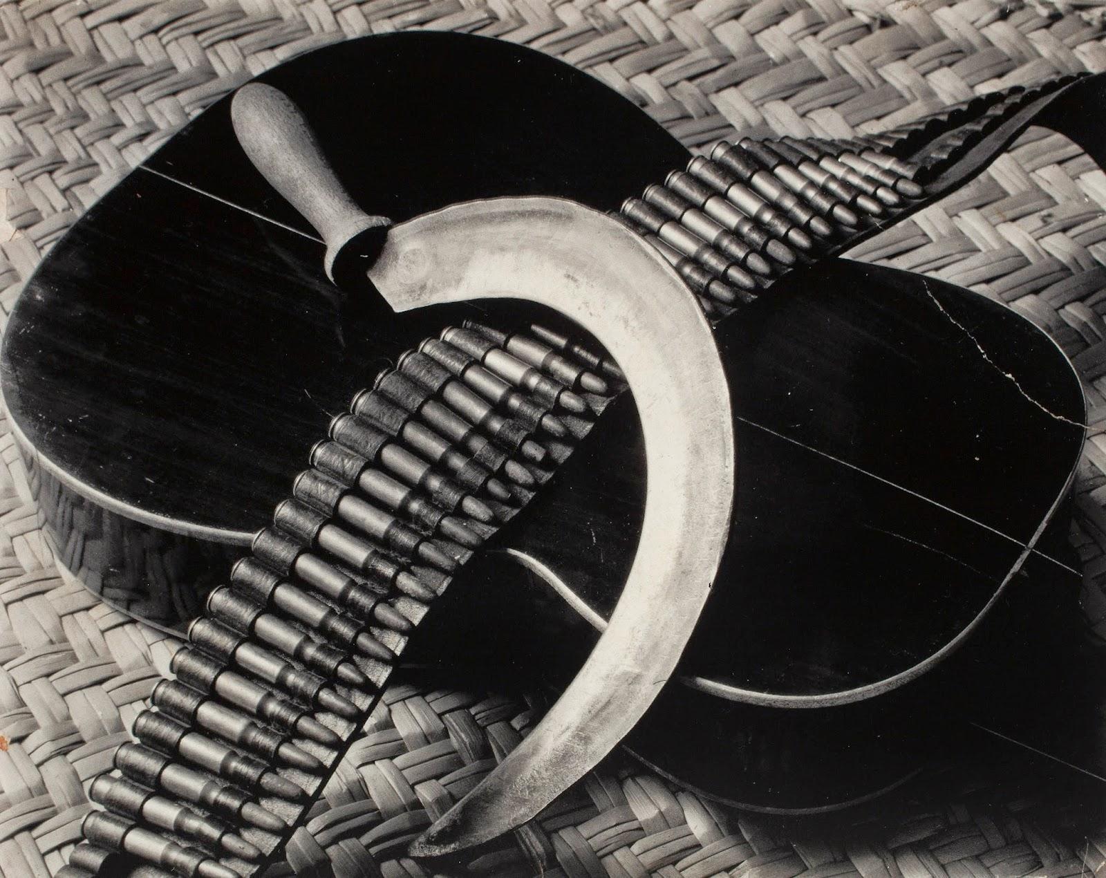 T. MODOTTI (1896-1942), Guitare, faucille et cartouchière, 1927-1928, Illustration de l'annonce pour la chanteuse communiste Concha Michel, publiée dans El Machete, n°168, 1er juin 1929, épreuve gélatino-argentique, 19 x 24 cm, Mexico, Museo Nacional de Arte