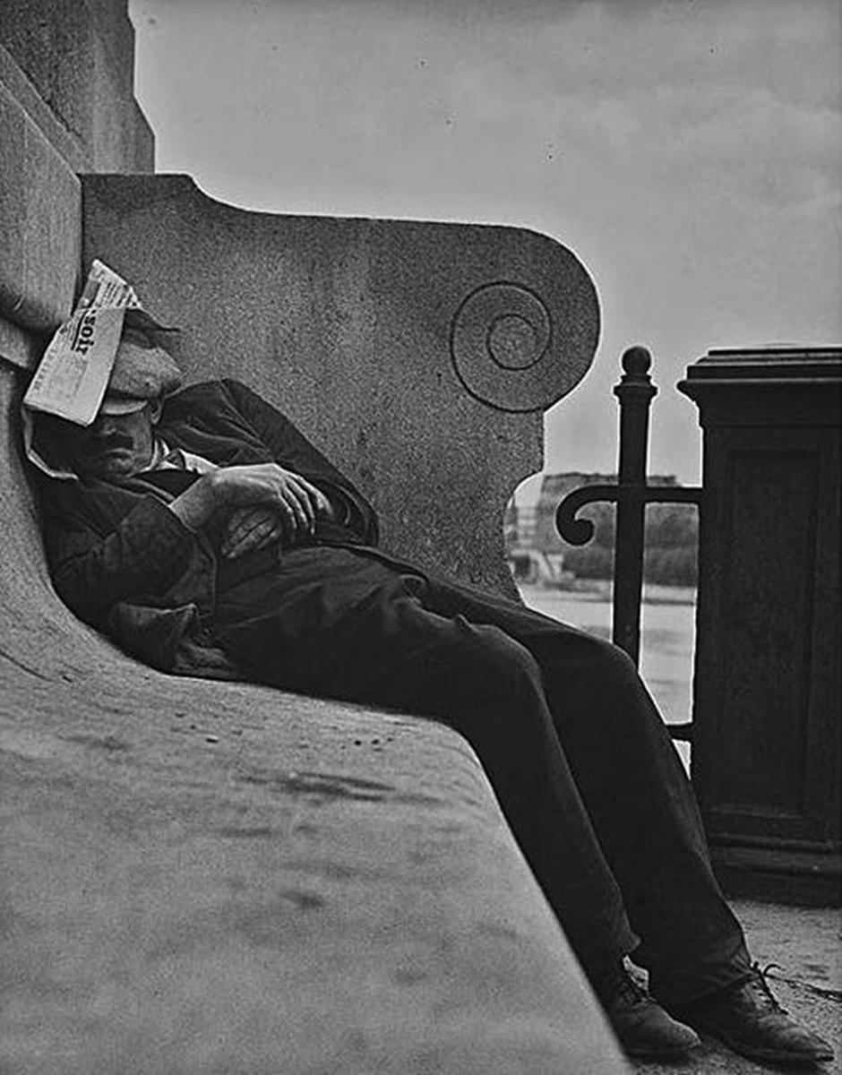 Lisette MODEL (1901-1983), Homme endormi au bord de Seine, Paris, vers 1933-1938