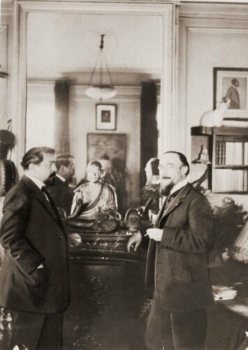 Photographie attribuée à Igor Stravinsky,  Claude Debussy et Erik Satie dans le studio de Debussy, square du Bois-de-Boulogne , juin-juillet 1910, collection  Thierry Bodin.