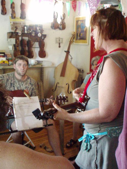 Jam at Tom's, Lori on the yukulélé, Arnaudville