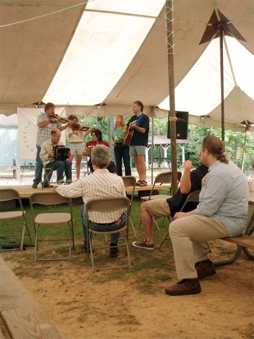 « Band Lab » at Balfa camp, 2008. Here, Tracy Schwarz, Kevin Wimmer and Steve Riley (hidden) watch some students to give them feedback.