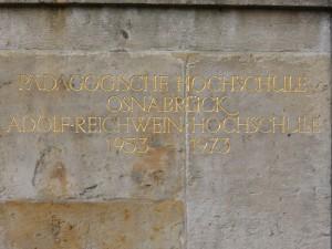 Inschrift am Osnabrücker Schloss zur Erinnerung an die ehemalige PH (Foto: Thorsten Unger)