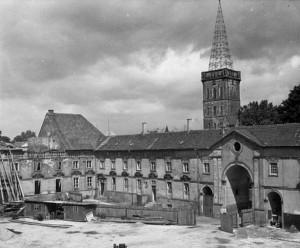 Blick auf den Uhrenflügel, im Hintergrund die Katharinenkirche (NLA OS Erw A 40 Akz. 8/1999 Nr. 91)
