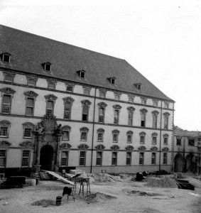 Blick auf den Schlosshauptflügel (NLA OS Erw A 40 Akz. 8/1999 Nr. 91)