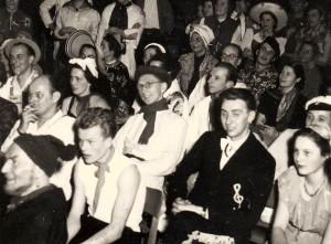 Zuschauer bei einer der vielen Veranstaltungen: links vorn Prof. Bohnenkamp, dahinter Dr. Sattler, in der Mitte Dozent Walter Söthje, neben ihm Erich Königkrämer und Gertraud Wallis