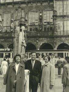 Vor dem Bremer Roland mit Dr. Bauersfeld damals Assistent bei Professor Breidenbach