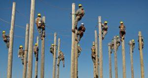 électriciens sur des poteaux
