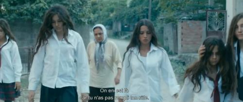 La grand-mère amène ses petites-filles à l'hôpital pour le contrôle de virginité Mustang (2015) Deniz Gamze Ergüven