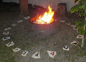 Runensteinkreis in Straubing, Bayern. Die Runen des älteren Futhark sind auf Solnhofener Kalkplatten gemalt. Die Aufnahme erfolgte zur Sommersonnenwende 2014 (gemeinfrei unter Creative Commons CC0 1.0 Universal Public Domain Dedication).