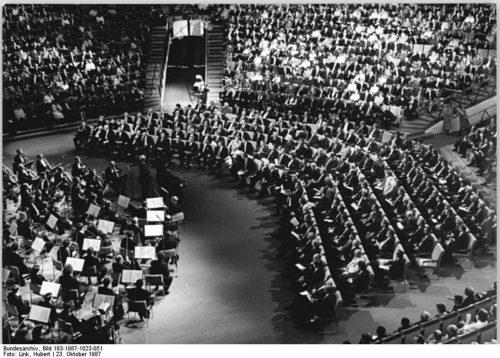 Bundesarchiv, Bild 183-1987-1023-051 / Link, Hubert / CC-BY-SA 3.0, Bundesarchiv Bild 183-1987-1023-051, Berlin, 750-Jahr-Feier, Staatsakt, Konzert, CC BY-SA 3.0 DE