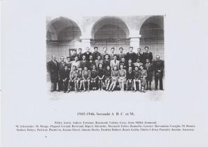 Des filles et des garçons en classe des élèves de Seconde en 1945-1946 au collège communal de Carpentras (Vaucluse). Coenseignement plutôt que coéducation. Une forme de mixité.