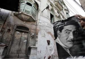 La photo taille réelle de Raj Kapoor devant sa maison natale de Peshawar